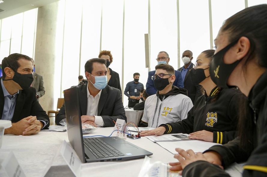O governador Carlos Massa Ratinho Junior lançou nesta segunda-feira (30), no Palácio Iguaçu, o Programa Robótica Paraná. Mais de 2,5 mil kits de robótica serão entregues nas próximas semanas para 257 colégios da rede estadual do Paraná.